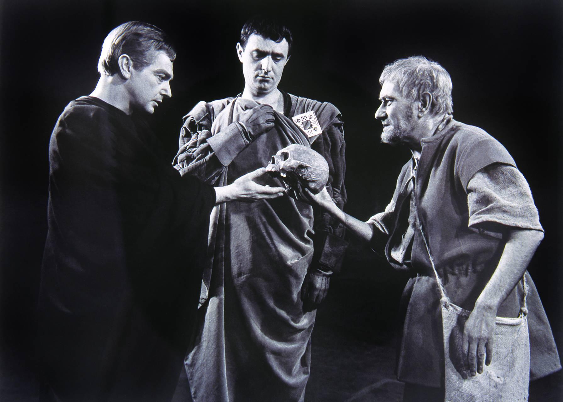 Gábor Miklós, Avar István (Horatio) és Kőmíves Sándor (I. sírásó) a Hamlet 1962-es Madách színházi előadásában. Bartal Ferenc felvétele (OSZK, Színháztörténeti Tár)