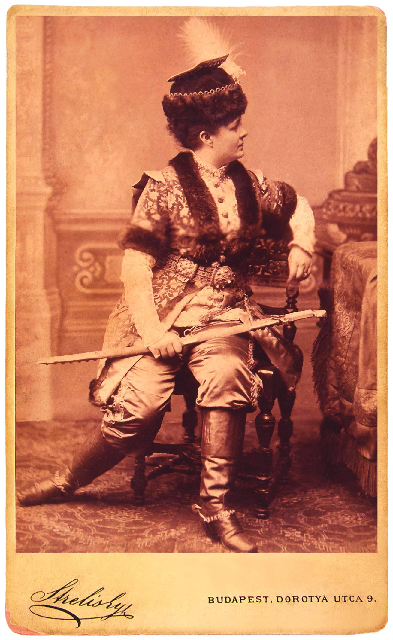 Blaha Lujza mint Simon Karl Millöcker A koldusdiák című operetjében. Népszínház, 1883. febr. 23. Strelisky felvétele. – Színháztörténeti Tár<br />