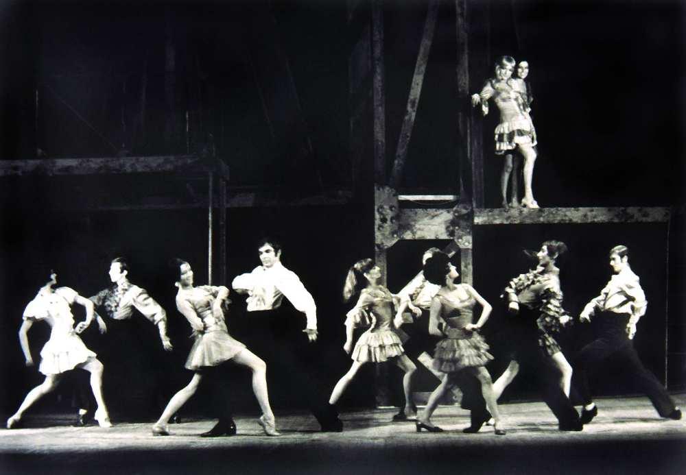 West Side Story – jelenetkép Leonard Bernstein, Arthur Laurents és Stephen Sondheim musicaljéből. (Pécsi Nemzeti Színház, 1970. jan. 23.) Ismeretlen fényképész felvétele – Színháztörténeti és Zeneműtár