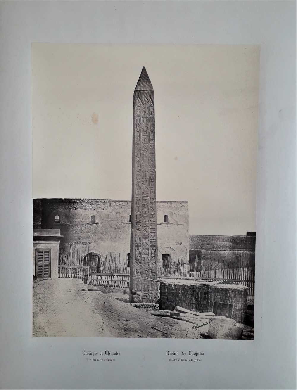 Wilhelm Hammerschmidt: Kleopátra obeliszkje Alexandriában. Jelezve jobbra lent: W. Hammerschmidt N. 3. Eredeti, nyomtatott francia és német nyelvű képaláírással. Az Egipte 1869 album (Dm 744) 4. lapja. Halvány, ceruzával írt sorszám a két címet elválasztó vonal alatt.