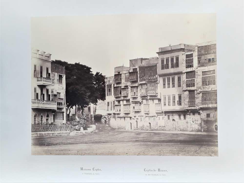 Wilhelm Hammerschmidt: Kopt lakóházak a kairói Esbekieh-téren. Eredeti, nyomtatott francia és német nyelvű képaláírással. Az Egipte 1869 album (Dm 744) 33. lapja. Halvány, ceruzával írt sorszám a két címet elválasztó vonal alatt.