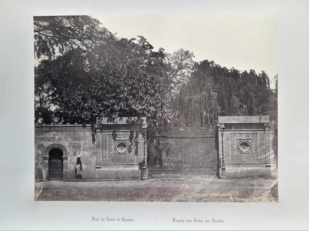 Wilhelm Hammerschmidt: A Subra El-Kheima-i park kapuja. Eredeti, nyomtatott francia és német nyelvű képaláírással. Az Egipte 1869 album (Dm 744) 44. lapja. Halvány, ceruzával írt sorszám a két címet elválasztó vonal alatt.