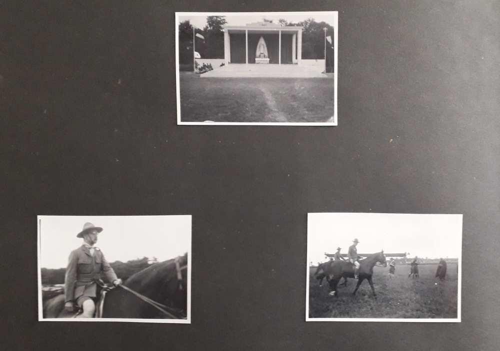 A FAlbum 1198 egyik oldala. FTA 1666: Az Aréna-tér szabadtéri oltára; FTA 1667: Gróf Teleki Pál tiszteletbeli főcserkész lóháton; FTA 1668. Baden-Powell és Gróf Teleki Pál lóháton.