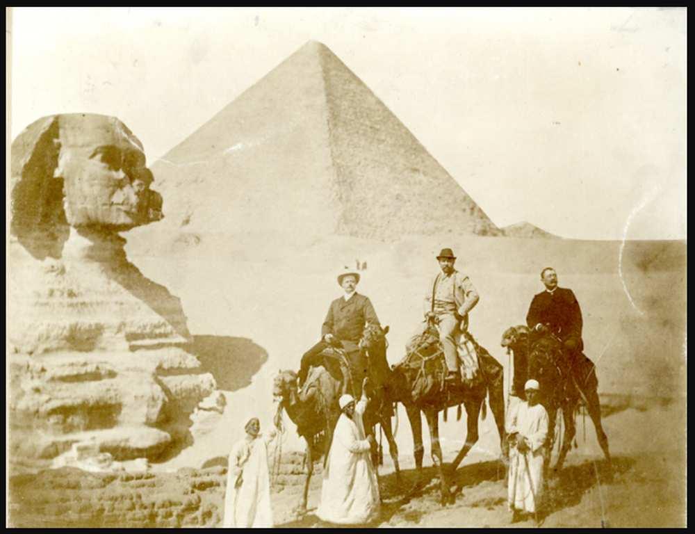 Utazók a szfinxnél, középen talán Révay Ferenc – Történeti Fénykép- és Videótár. FTD 0311