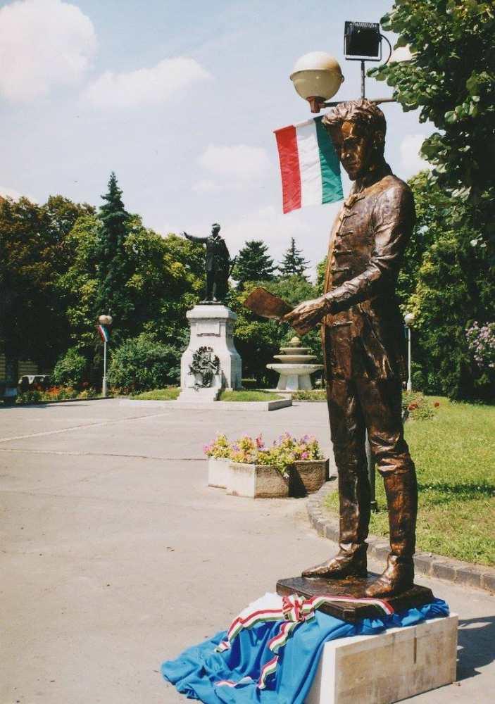 Kiskunfélegyházán elszállítás előtt együtt a két szobor. Forrás: Facebook (Kiskun Múzeum) https://tinyurl.com/y2lmp54y