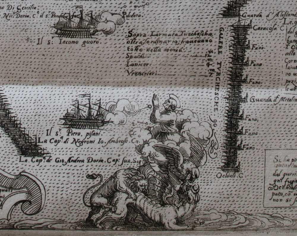 A kép alsó részén található részleten a velencei oroszlán és a spanyol sas legyőzi a török fenevadat. Valószínűleg Velence védőszentje, Szent Márk jár közben a keresztény flottáért. [A grafikát, stílusjegyei alapján, feltehetően Martino Rota készítette]: L'ordine delle galere et le insegne loro … A gályák hadrendje és jelvénye a dicső török elleni csatában Velencénél. 1571-ben Jelzet: RNYT Röpl. 281 – Régi Nyomtatványok Tára