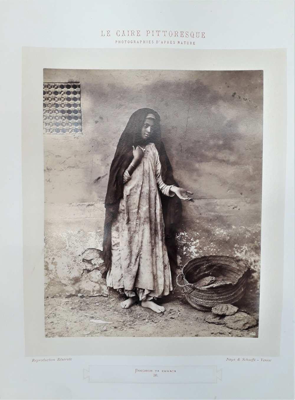 Otto Schoefft & Carlo Naya: Kairói kolduslány (Bakchich ya kawaca). Zsánerkép a Le Caire pittoresque című sorozat 30. lapja, 1875 körül. Fénykép a Dm 488 című mappából.