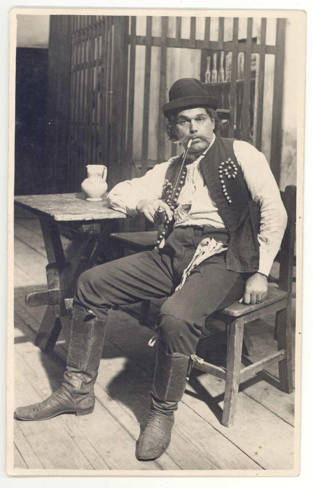 Kodály Zoltán: Háry János. Előjáték. A nagyabonyi kocsma. Palló Imre mint Háry. 1926. Jelzet: KA 4155/40. – Színháztörténeti és Zeneműtár