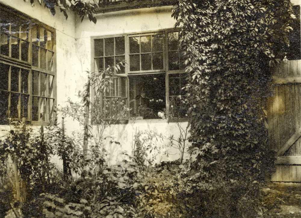 Ady szobájának ablaka a nagyváradi Kőfaragó utcában. Fénykép. – Kézirattár. Analekta 77/1.
