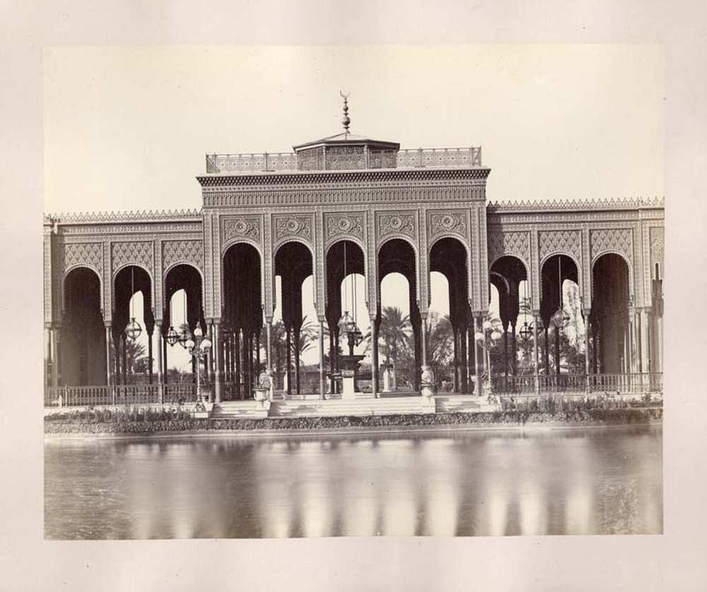 A Gezira Palace Hotel pavilonja. A Cairo 1871 (Dm 111 ) album 42. képe. A szálloda Carl von Diebitsch terve alapján épült 1868 és 1869 között, kimondottan a Szuezi-csatorna megnyitására érkező vendégek elszállásolása céljából.