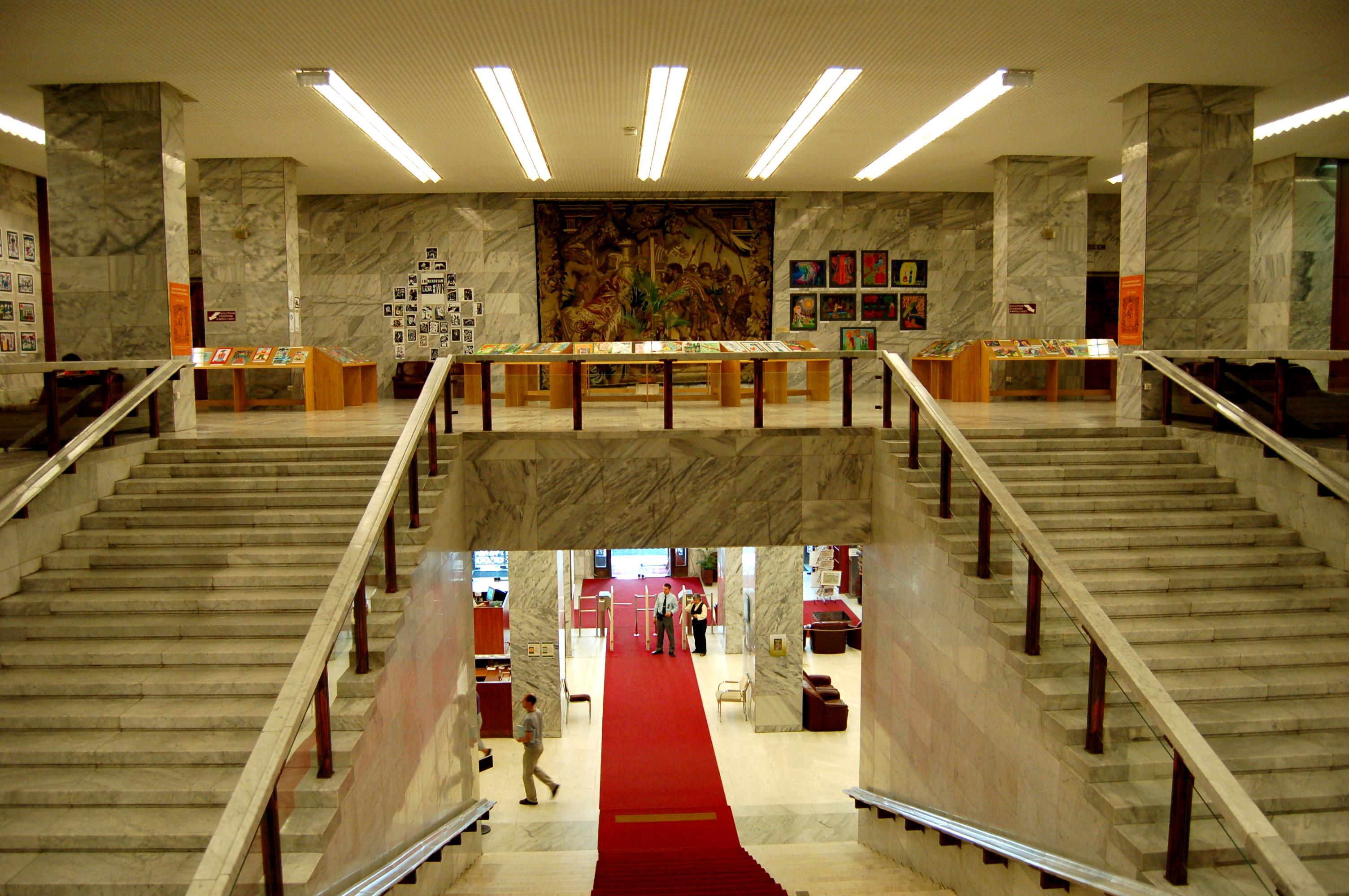 Az ötödik és a hatodik szintet összekötő főlépcsősor, amely a háború utáni helyreállítás során az egyedüliként maradt meg az épület eredeti belső elrendezéséből