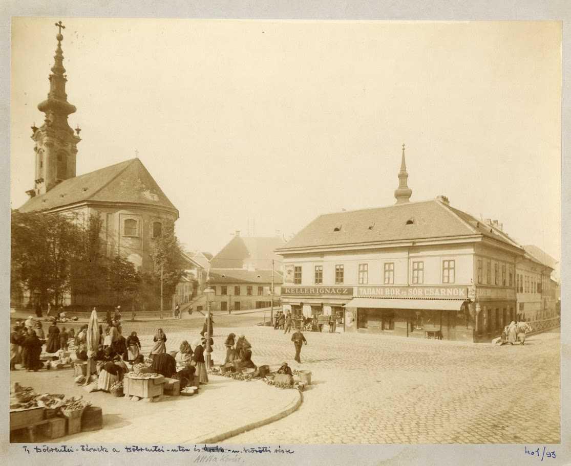 Weinwurm Antal (1845–1925): Döbrentei tér a piaccal, háttérben a szerb székesegyház és az egyházközség épülete 1890 körül. Fénykép, albumin – BTM Kiscelli Múzeum, Fényképgyűjtemény