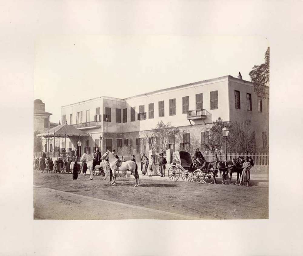 Wilhelm Hammerschmidt: Európai vendégek egy kairói szálloda előtt, 1860–63 körül. A Cairo 1871 (Dm 111 ) album 46. képe