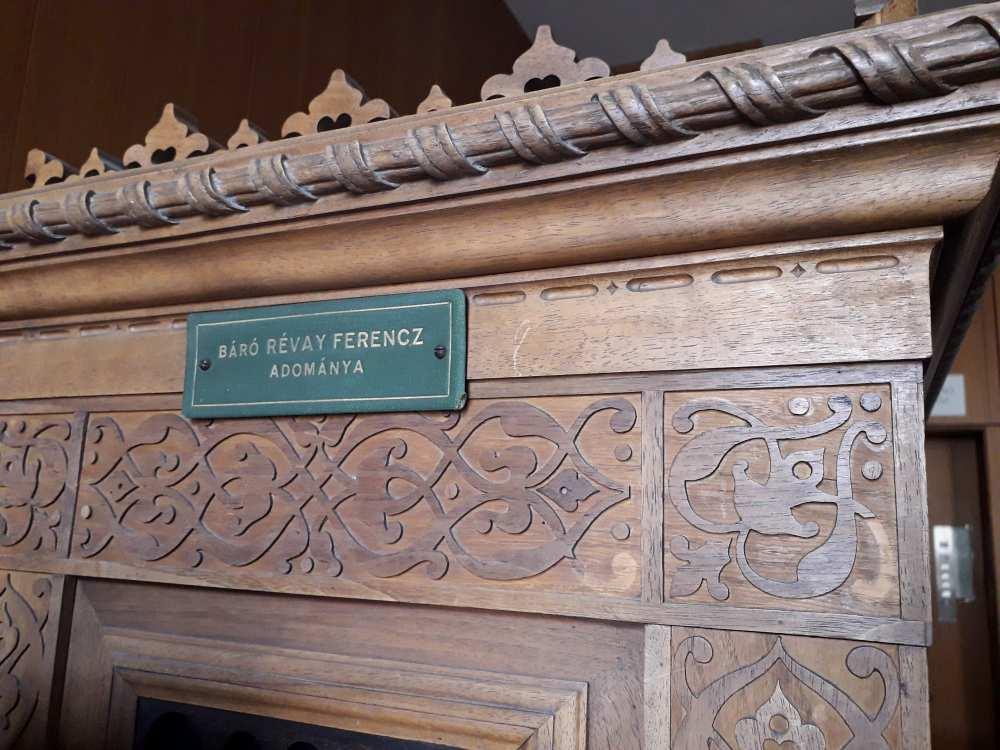 Révay Ferenc mór stílusú szekrénye a Térkép-, Plakát- és Kisnyomtatványtár olvasótermében