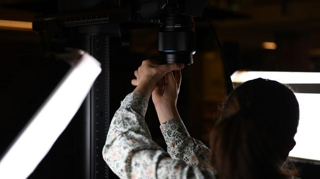 Munkában a nemzeti könyvtár új digitális fényképezőgépe