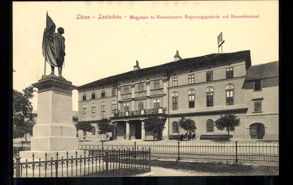Lőcse. Megyeháza és Honvéd szobor. Képeslap. Jelzet: P 68-0151 – Plakát- és Kisnyomtatványtár