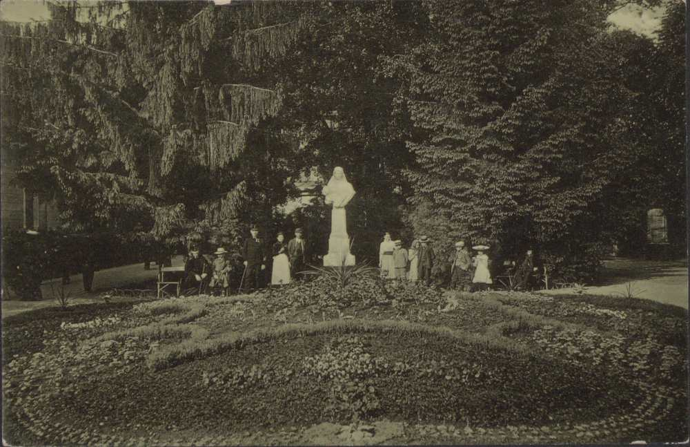 Az Erzsébet királyné park a szoborral. Képeslap – Térkép-, Plakát-, és Kisnyomtatványtár. Jelzet: P 2340.