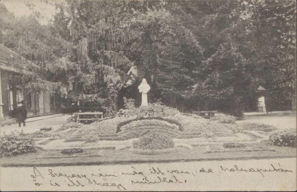Az Erzsébet királyné park a szoborral. Képeslap – Térkép-, Plakát-, és Kisnyomtatványtár. Jelzet: P 2336.