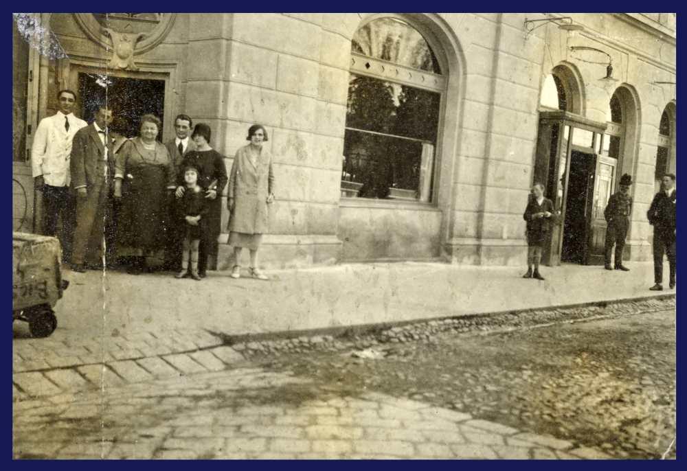 Az 1900-ban a kőszínházzal egyszerre felépült Bazár-épület részlete, az annak földszintjén megnyílt bodegával. Fénykép – Kézirattár. Analekta 77/6.