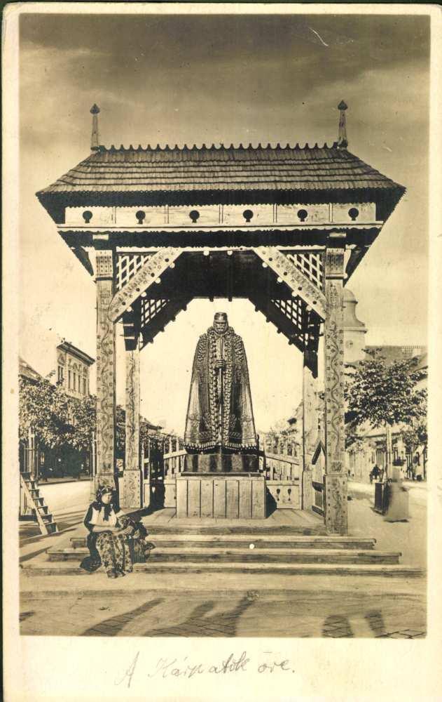 A Kárpátok őre a városháza előtt – Térkép-, Plakát- és Kisnyomtatványtár képeslapgyűjteménye. Jelzet: K 3.058.<br />