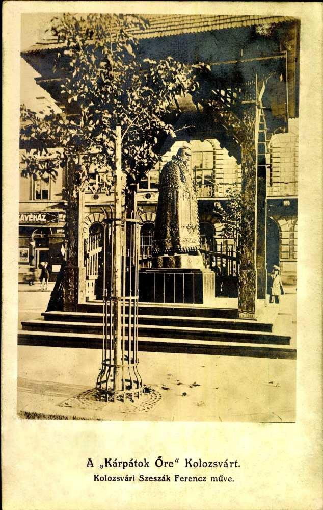 A Kárpátok őre a városháza előtt – Térkép-, Plakát- és Kisnyomtatványtár képeslapgyűjteménye. Jelzet: K 3.059.
