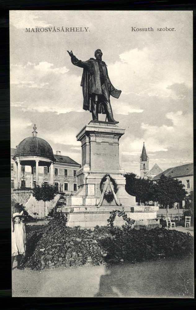 A Kossuth-szobor Marosvásárhelyen. Képeslap – Térkép-, Plakát-, és Kisnyomtatványtár. Piarista gyűjtemény: 42/21.