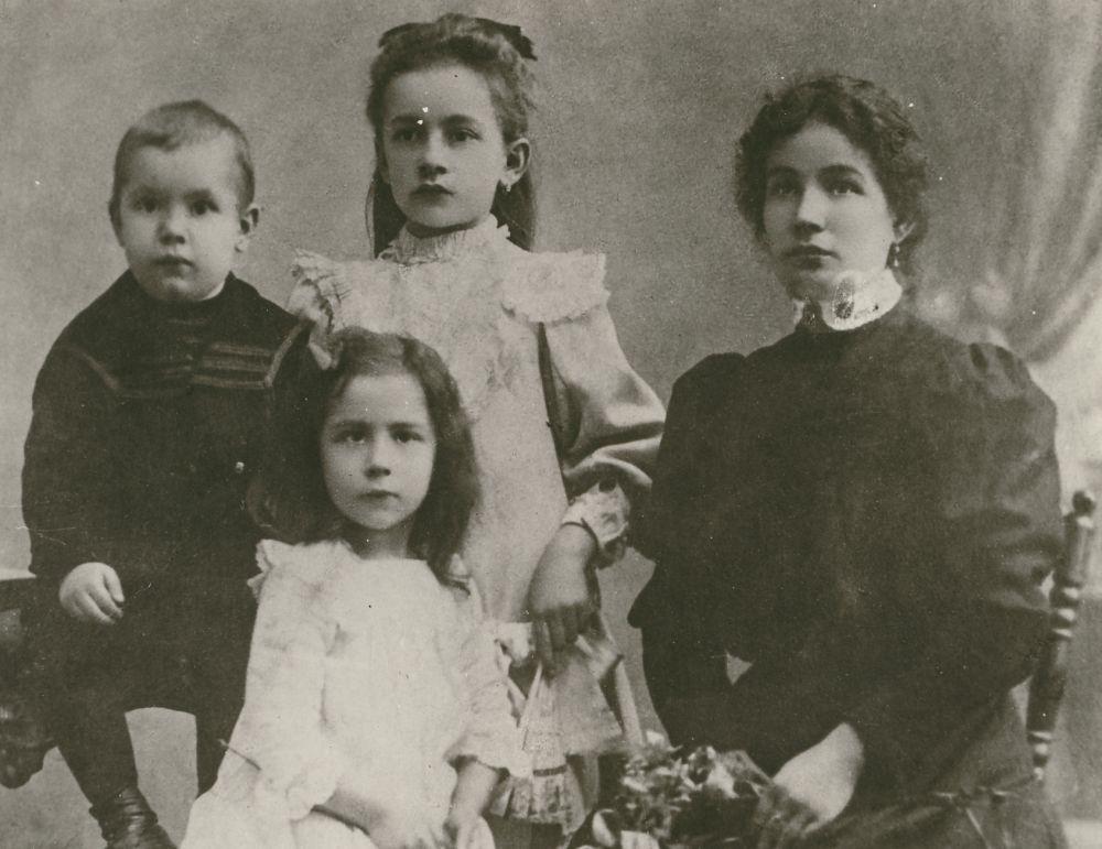 József Attila édesanyjával és testvéreivel. Fotó: Strelisky Sándor, 1908 – Kézirattár. Jelzet: Arckép 1242
