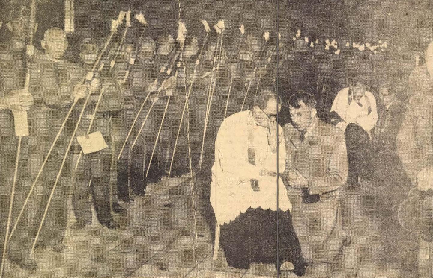 Az Est fotóriportja az éjszakai szentségimádásról és az éjféli miséről. Gyónnak a hitvalló férfiak az éjféli mise előtt a Hősök terén. In. Az Est, 1938. május 29., 5. – Törzsgyűjtemény http://nektar.oszk.hu/hu/manifestation/980856