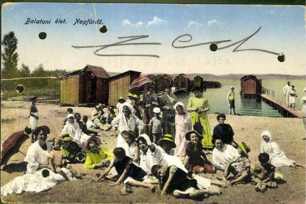 Balatoni élet. Napfürdő, 1922. képes levelezőlap – Plakát- és Kisnyomtatványtár. Jelzet: B 690 – Hungaricana/Képcsarnok https://gallery.hungaricana.hu/hu/OSZKKepeslap/1405988/?list=eyJmaWx0ZXJzIjogeyJTT1VSQ0UiOiBbIktUX09TWksiXX0sICJxdWVyeSI6ICJUSVBVUz0oS1x1MDBlOXBlc2xhcCkgQmFsYXRvbiJ9&img=0