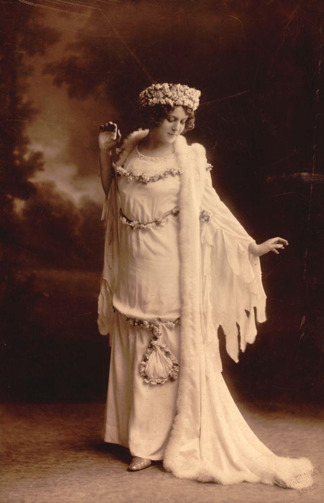 Kosáry Emmy. Hamupipőke. Szerepkép. Fotó: Strelisky Sándor, 1913 – Színháztörténeti és Zeneműtár. Jelzet: SZT KC 11.986