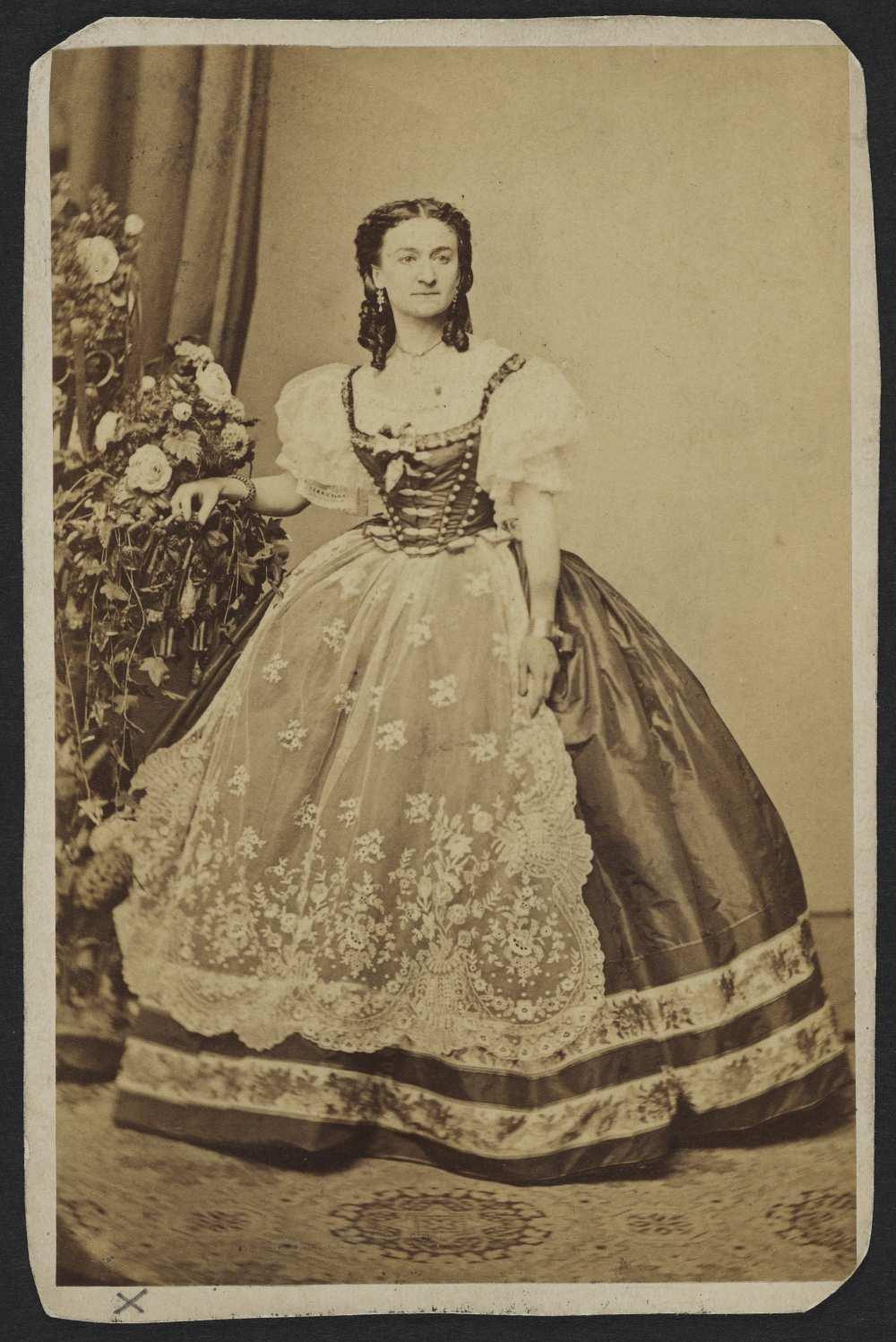 Hollósy Kornélia az 1860-as évek elején. Mayer György pesti fényképész műtermi felvétele ‒ Színháztörténeti és Zeneműtár