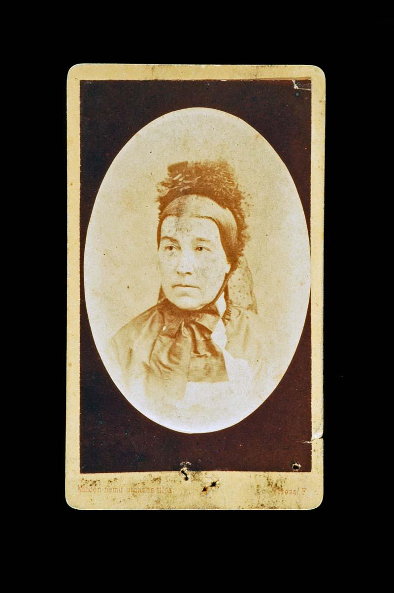 Ismeretlen nő mellképe: portré (Kolozsvár,1852–1890) – Történeti Fénykép-és videótár. Jelzet: FTA 469