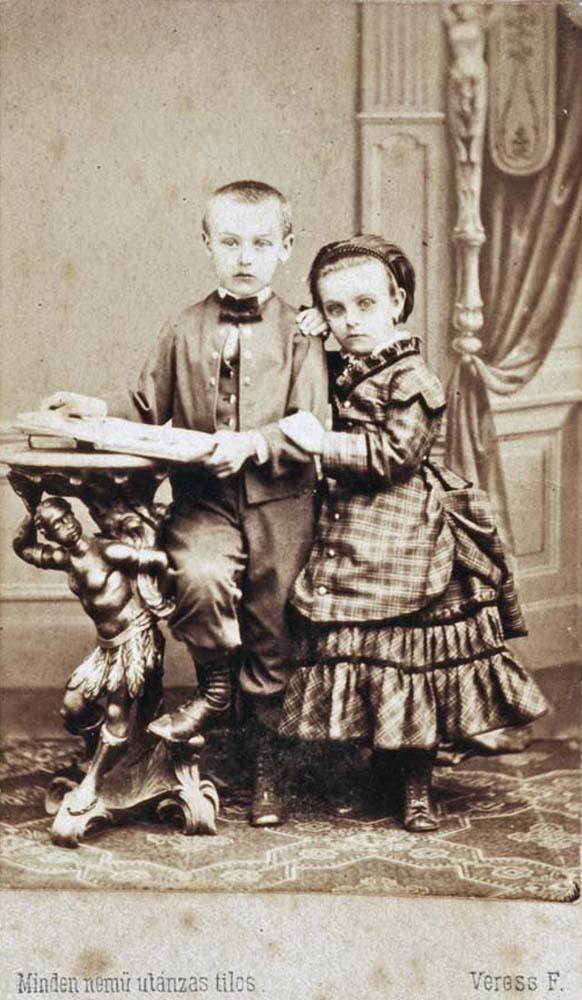 Ismeretlen kisfiú és kislány páros portréja (Kolozsvár, 1852–1890) – Történeti Fénykép-és videótár. Jelzet: FTA 472