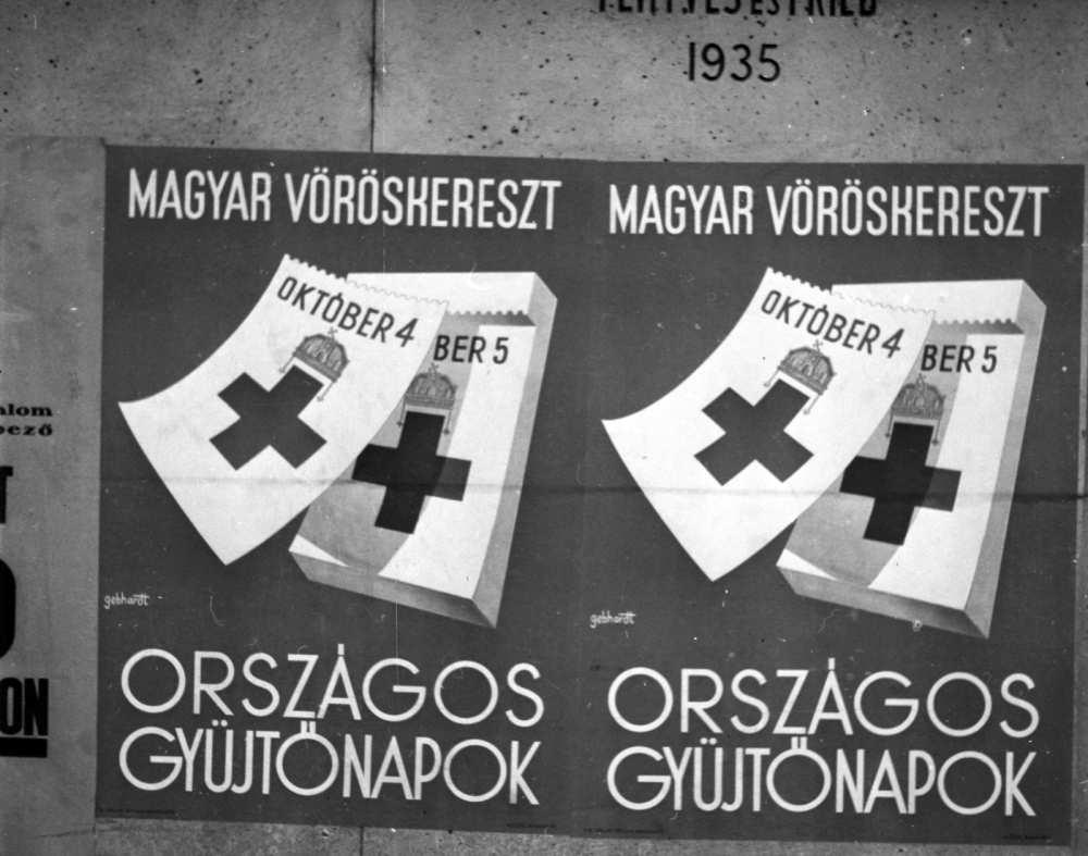 Klösz György és Fia Grafikai Rt., Margit körút–Keleti Károly utcasarok, plakátok a Regent ház falán, 1941. A kép forrása: Adományozó Lissák Tivadar