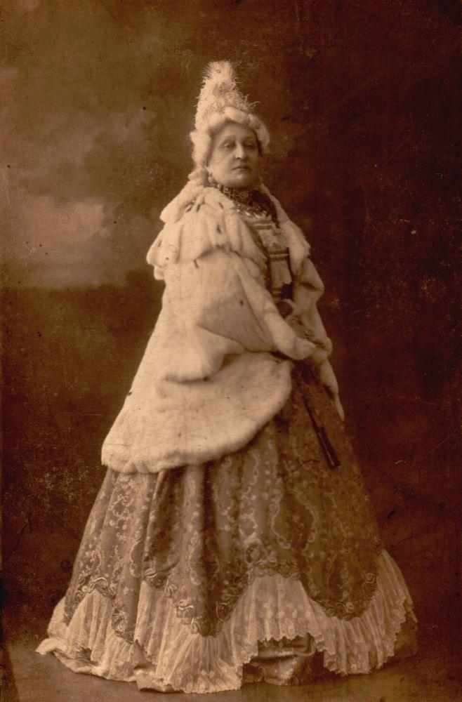 Jászai Mari. A nagyasszony. Szerepkép. Fotó: Strelisky Sándor, 1910. – Színháztörténeti és Zeneműtár. Jelzet: SZT KB 13.376