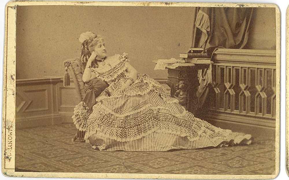 Prielle Kornélia ismeretlen szerepben az 1870-es években, egész alakos kép. Fénykép: Simonyi Antal – Színháztörténeti Tár, Jelzet: KA 1.078