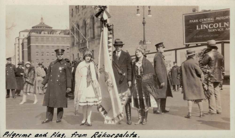 Kép Schüszler Lajos építészmérnök háromkötetes albumából, amely az amerikai magyar közösségek kezdeményezésére felállított New York-i Kossuth-szobor 1928-as avatását örökítette meg.