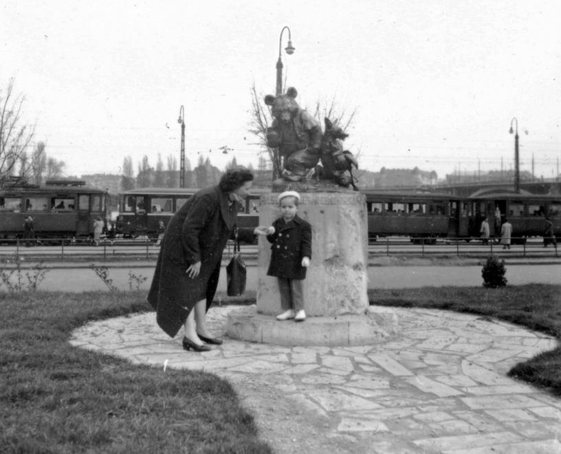 A szobor az eredeti helyén, a Germanus Gyula parkban (Margit-híd budai hídfő). A fortepan gyűjteményéből. (Készült: 1958, 1963) Fortepan