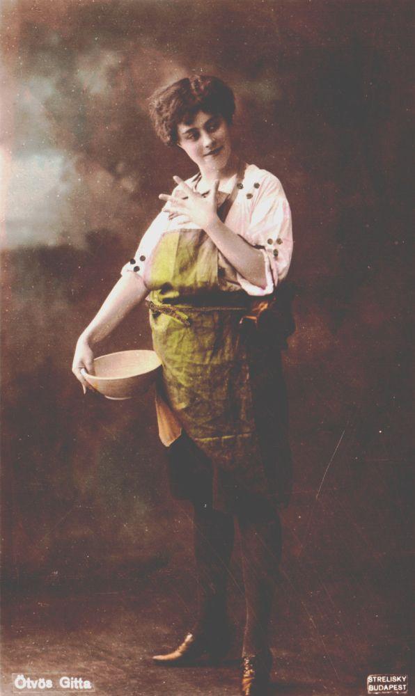 Ötvös Gitta. Táncos huszárok. Szerepkép. Fotó: Strelisky Sándor, 1909. – Színháztörténeti és Zeneműtár. Jelzet: SZT KA 19.193