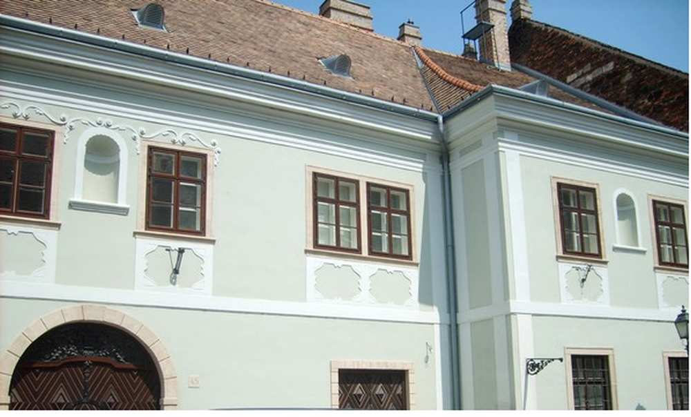 A Zwack-ház lépcsős homlokzata. I. kerület, Úri utca 45. A kép forrása: Urbface http://urbface.com/budapest/a-zwack-haz