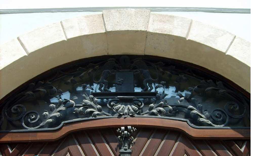 A Zwack-ház bejáratának kovácsoltvas díszítése a kapcsos könyvvel. I. kerület, Úri utca 45. A kép forrása: Urbface http://urbface.com/budapest/a-zwack-haz