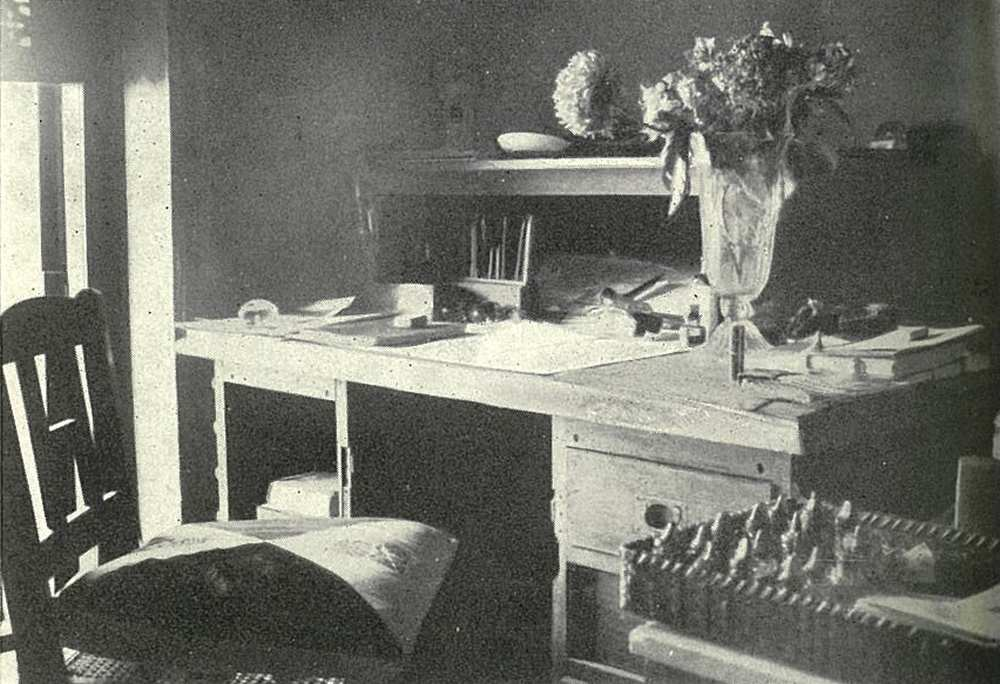 Rabindranath Tagore dolgozószobája Sántinikétanban. In. Baktay Ervin: India, [a fotókat a szerző kész.], [Szeged], Szukits, 2000. – Törzsgyűjtemény http://nektar.oszk.hu/hu/manifestation/798175