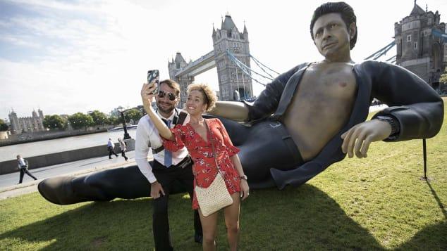 Nyolcméteres Jeff Goldblum villantja a mellszőrt Londonban