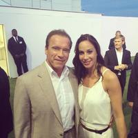 Vajna Timi kedvenc akcióhősével, Schwarzival pózol Cannes-ban. Ja meg Jason Stathammel