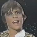 Mark Hamill csillogó aranyjelmezben énekelt egy 1980-as Star Wars-musicalben az NSZK-ban!