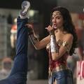 Vidám verekedős videókat villantott a világszép Wonder Woman