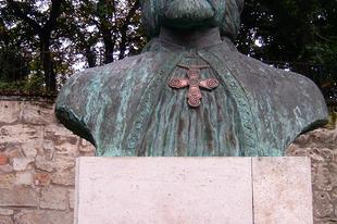 Véleményegér: Kevesebb szobrot, több történelemkönyvet