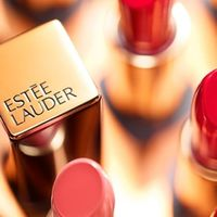 Kézfertőtlenítővel és pénzzel segít az Estée Lauder