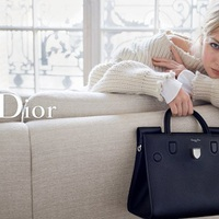 J.Law otthonosan a Dior táskák között