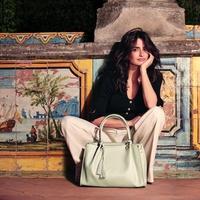 Penelope Cruz klasszikus hangulatban, nagy táskával